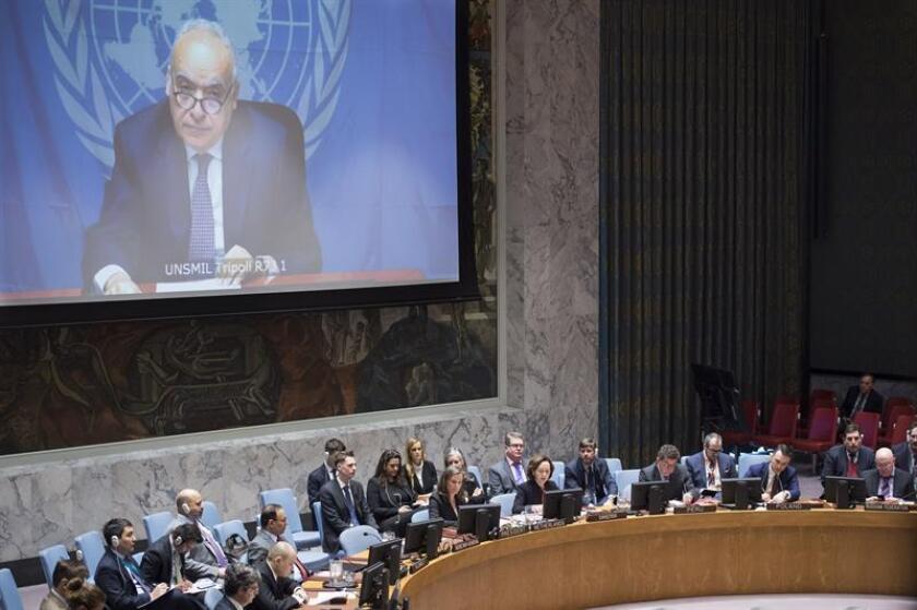 Fotografía cedida por las Naciones Unidas, donde aparece el enviado de la ONU para Libia, Ghassan Salamé (en pantalla) dirigiéndose vía videoconferencia al Consejo de Seguridad durante una reunión sobre la situación en Libia hoy, miércoles 21 de marzo de 2018, en la sede del organismo en Nueva York (EE.UU.). EFE/Loey Felipe/ONU/SOLO USO EDITORIAL/NO VENTAS