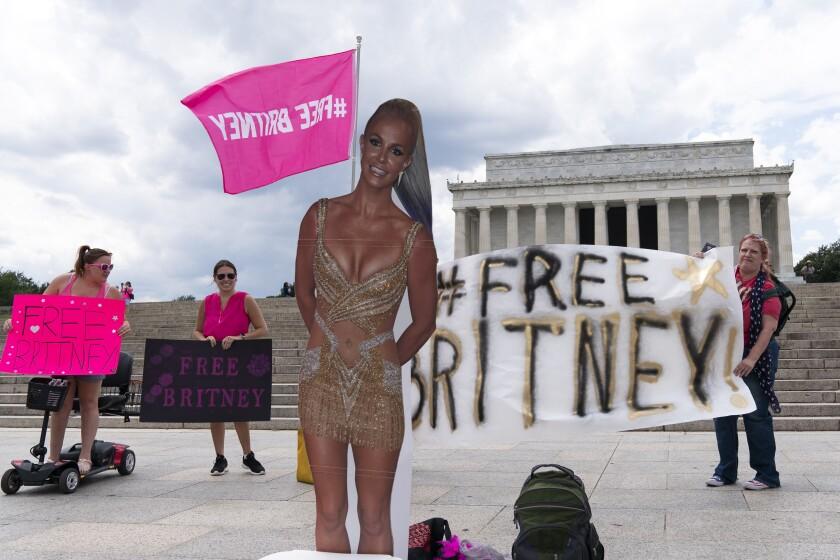 Una figura de cartón de Britney Spears durante una protesta en el Memorial de Lincoln