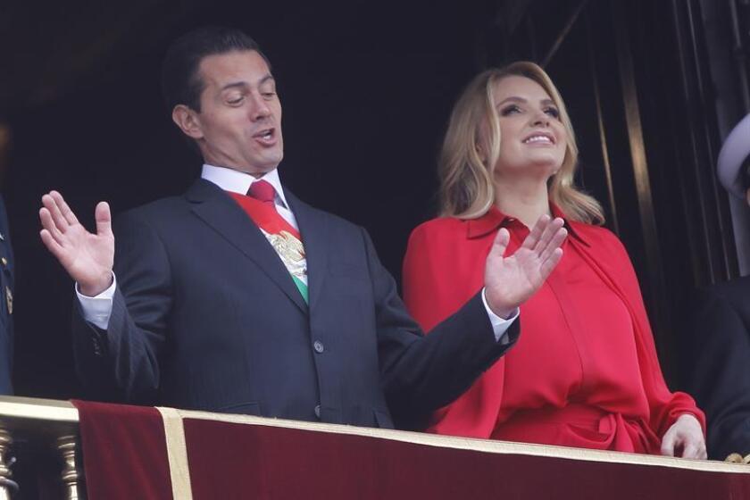 El presidente mexicano, Enrique Peña Nieto (i), y su esposa, Angélica Rivera (d), participan en el desfile militar de la Independencia de México hoy, domingo 16 de septiembre de 2018, en Ciudad de México (México). EFE