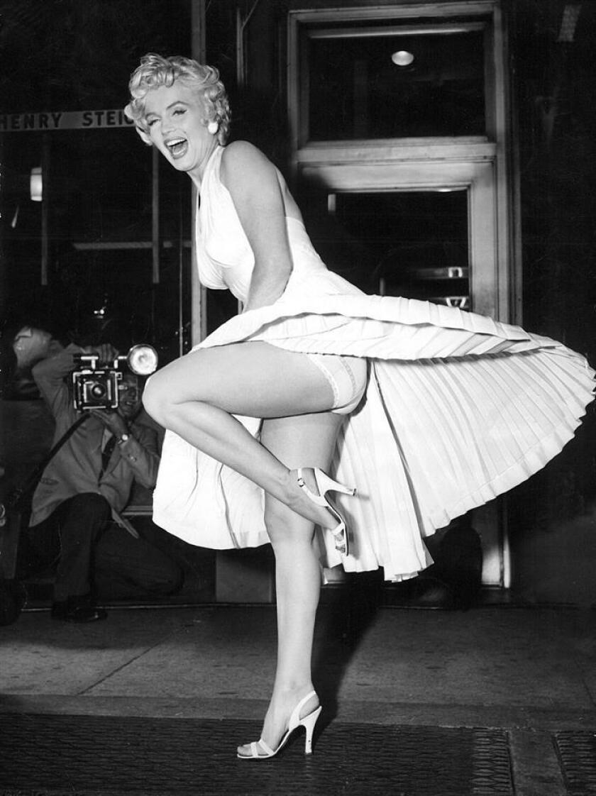 """La actriz Marilyn Monroe posa para los fotógrafos encima de una de las salidas de ventilación del metro de Nueva York durante el rodaje de la película """"La tentación vive arriba"""". EFE/UPI/Archivo"""