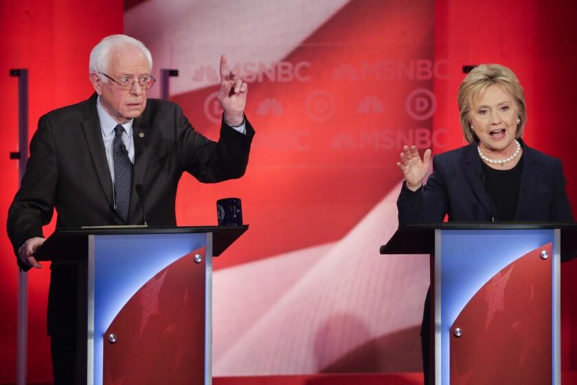El senador por Vermont y precandidato presidencial demócrata, Bernie Sanders, reacciona a una respuesta de su rival en la carrera por la nominación, Hillary Clinton, durante el debate que enfrentó a ambos políticos, organizado por la televisora MSNBC en la Universidad de New Hampshire, en Durham, New Hampshire. (Foto AP/David Goldman)