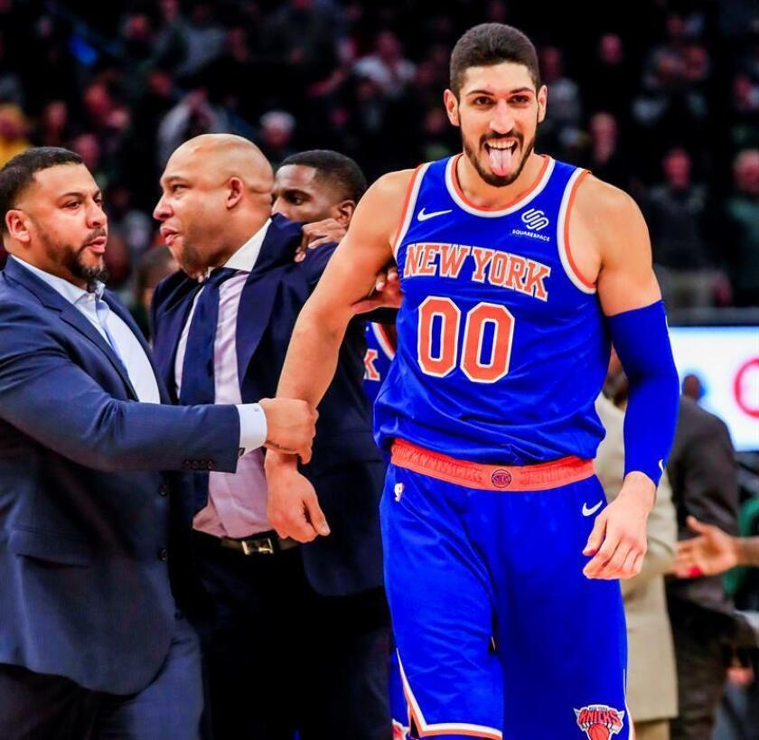 Enes Kanter (d) de los New York Knicks. EFE/Archivo