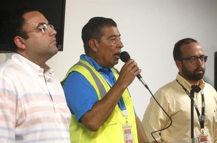 El director del Aeropuerto Internacional Luis Muñoz Marín, Agustín Arellano (c), habla junto al secretario de la Autoridad de los Puertos, Omar Marrero (d), y al secretario de Turismo, José Izquierdo (i), durante una rueda de prensa. EFE/Archivo