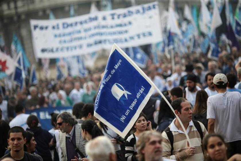 """Cientos de personas se concentraron hoy en la Plaza de Mayo de Buenos Aires para reactivar, 10 años después, la histórica """"Marcha de la Resistencia"""" en reclamo del """"derecho a trabajar"""" y para """"resistir"""" las políticas del Gobierno de Mauricio Macri, liderados por la asociación Madres de Plaza de Mayo."""