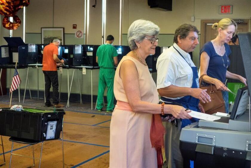 Ciudadanos de Miami votan en las elecciones primarias del condado de Miami-Dade, en Miami, Florida, Estados Unidos. EFE/Archivo