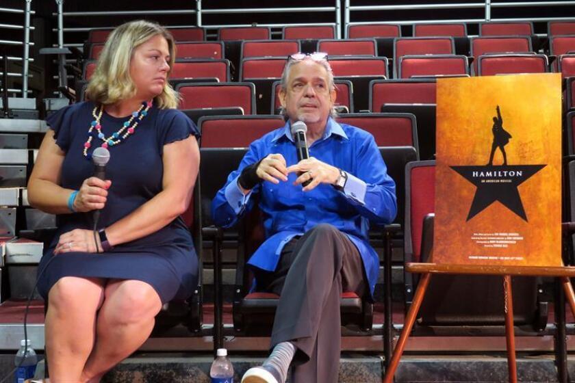 """Luis Miranda (d), padre del dramaturgo Lin-Manuel Miranda, habla junto a Bethany Knox (i), directora ejecutiva de las audiciones de la producción del musical """"Hamilton"""", durante una rueda de prensa celebrada hoy, miércoles 13 de junio de 2018, en la Universidad de Puerto Rico (UPR) en San Juan (Puerto Rico). EFE"""