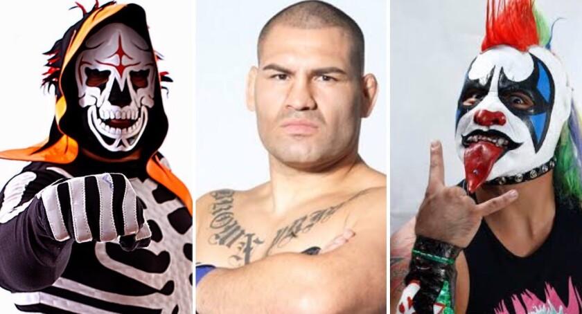 Los luchadores La Parka (i) y Psycho Clown (d) tienen en la mira a Caín Velásquez.