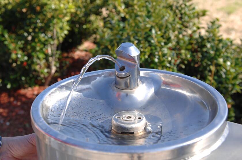 Una fuente de agua en un parque.