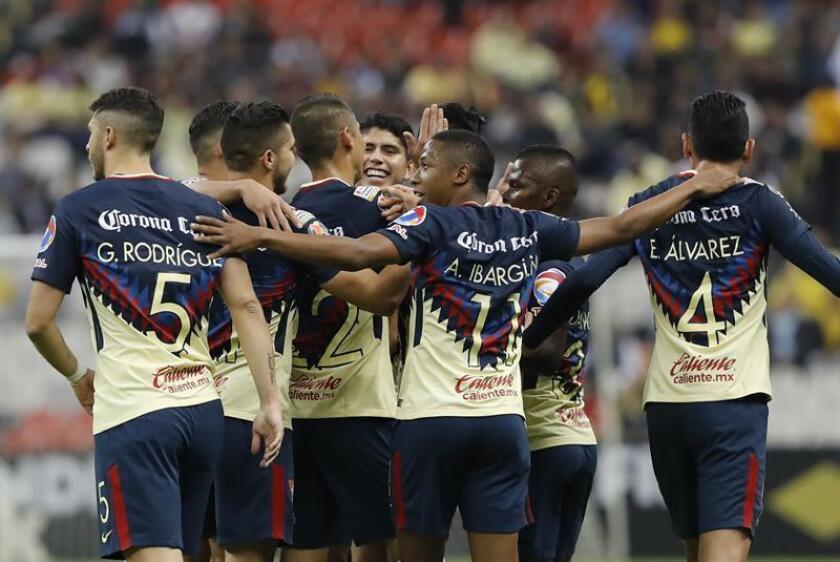 Los jugadores de América celebran una anotación en el estadio Azteca en Ciudad de México (México). EFE/Archivo