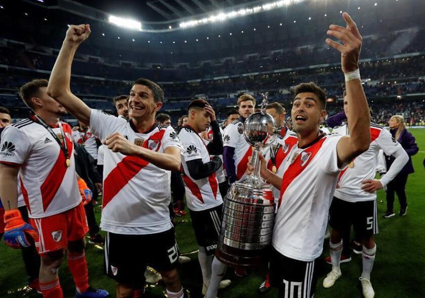 Los jugadores de River Plate con la copa tras vencer a Boca Juniors en el partido de vuelta de la final de la Copa Libertadores que ambos equipos han jugado esta noche en el estadio Santiago Bernabeu de Madrid, y que terminó con la victoria de River Plate por 2-1. EFE