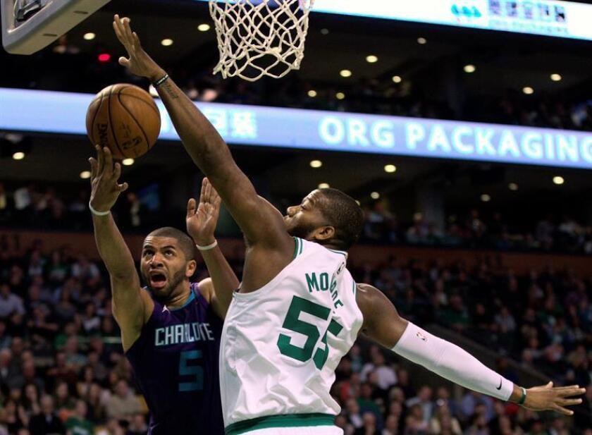 El jugador de los Hornets Nicolas Batum (i) en acción ante Greg Monroe (d) de los Celtics durante un partido de baloncesto de la NBA disputado en el TD Garden de la ciudad de Boston (EE.UU.). EFE