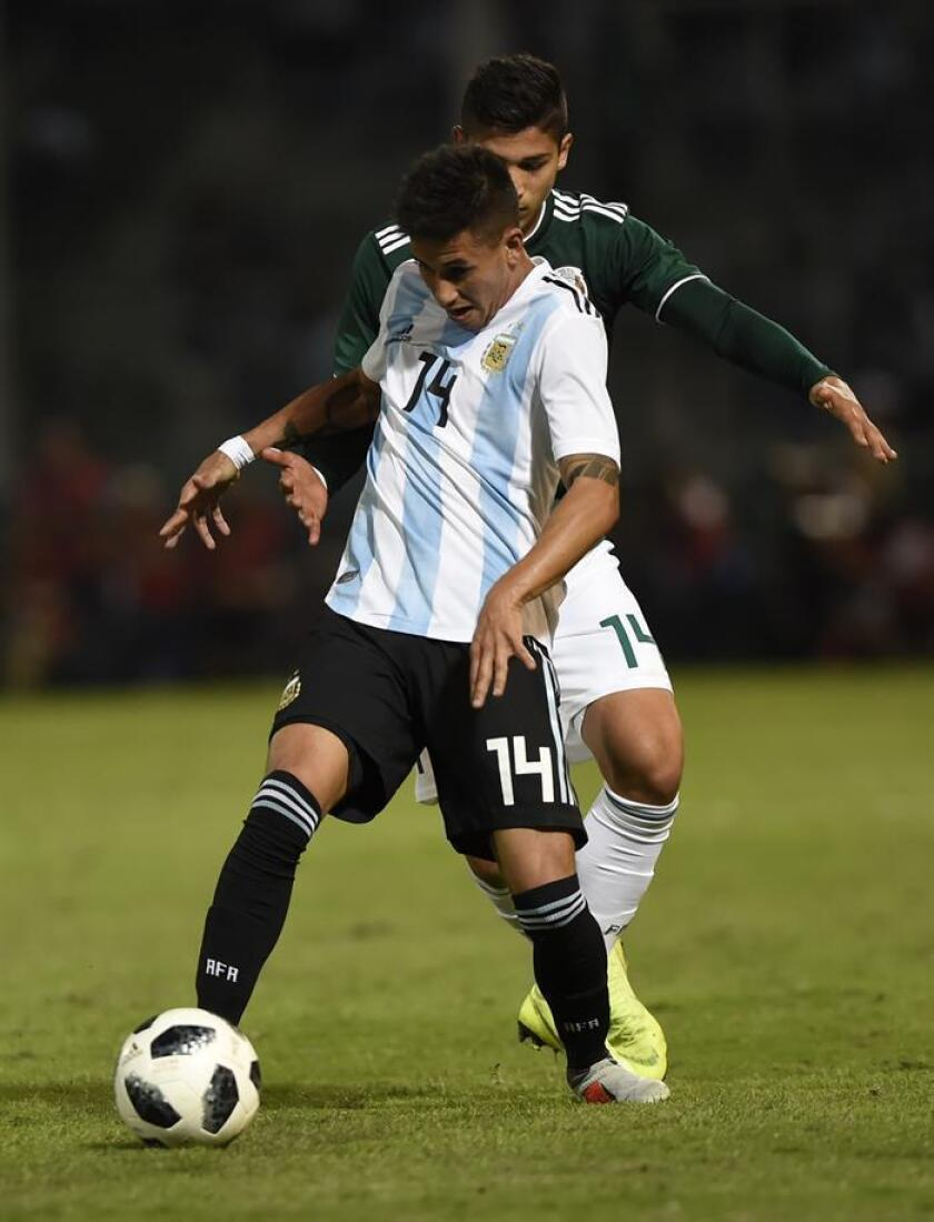 Maximiliano Meza (i) de Argentina disputa un balón con Ángel Zaldivar de México. EFE/Archivo