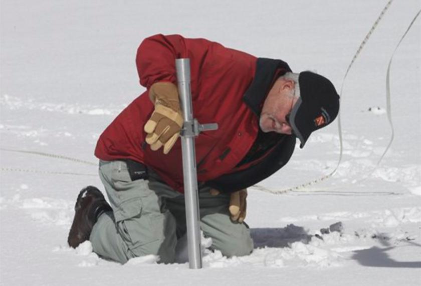 ARCHIVO - Fotografía de archivo del 30 de marzo de 2016 muestra a Frank Gehrke, del Departamento de Recursos Acuíferos, revisando la profundidad de la capa de nieve en Phillips Station, cerca de Echo Summit, California. (APFoto/Rich Pedroncelli, archivo)