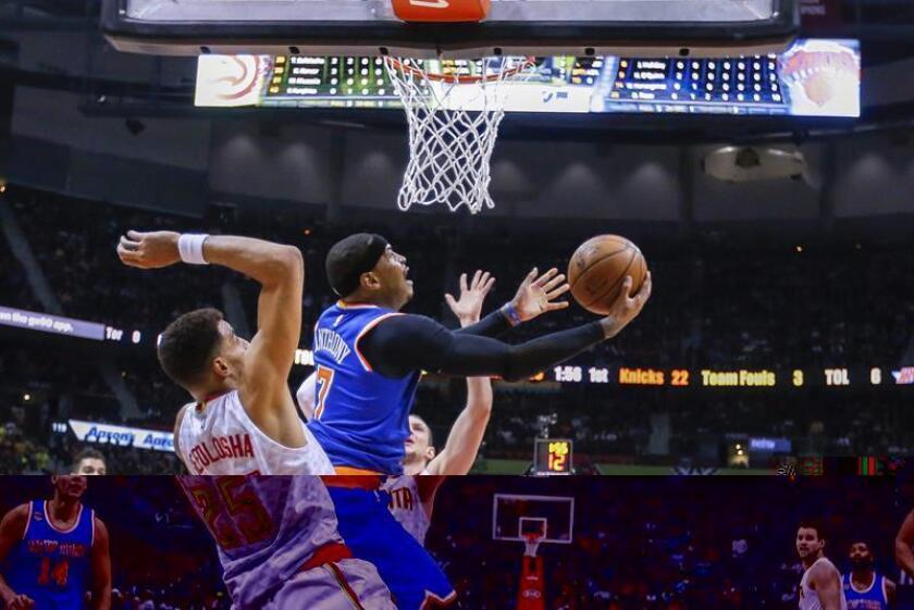 El jugador de Knicks Carmelo Anthony (d) trata de convertir una cesta ante la marca de Thabo Sefolosha (c), de Hawks durante un partido entre Knicks y Hawks por la NBA, en el Philips Arena de Atlanta, Georgia (EE.UU.). EFE