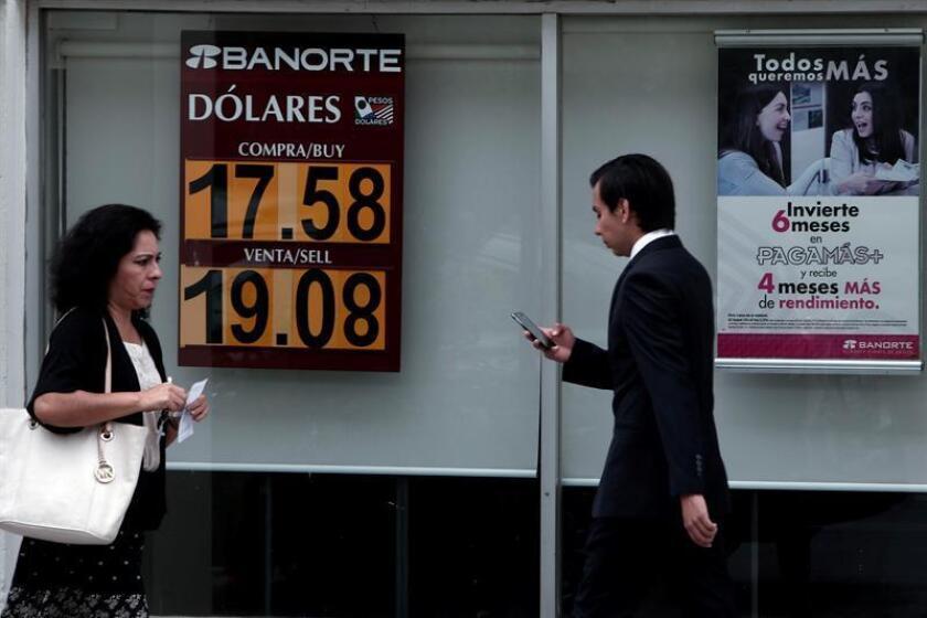 Mexicanos caminan frente a un banco. EFE/Archivo