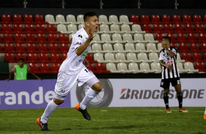 Juan Rodríguez de Once Caldas de Colombia festeja su gol ante el Santaní este jueves durante un partido por la Copa Sudamericana entre Deportivo Santaní y Once Caldas, en el estadio Defensores Del Chaco en Asunción (Paraguay). EFE