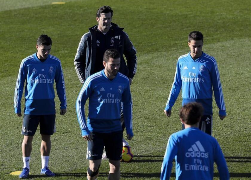 El técnico argentino del Real Madrid, Santiago Solari (c), junto a los jugadores Sergio Reguilón (d) y Brahim Díaz (i) durante el entrenamiento realizado hoy en las instalaciones de Valdebebas en la víspera del partido de la decimonovena jornada de liga de Primera División que el conjunto blanco disputa mañana ante el Betis en el Benito Villamarín. EFE