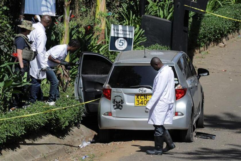 Agentes de policía y expertos forenses permanecen junto a un vehículo sospechoso de haber sido utilizado por presuntos terroristas para el ataque yihadista a un complejo hotelero el pasado martes, en Nairobi, Kenia. EFE