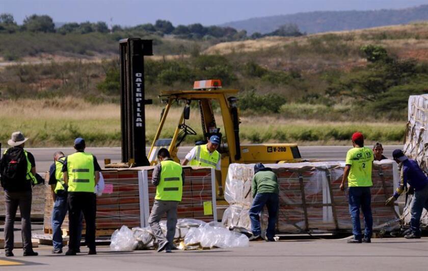 Trabajadores descargan las ayudas del primero de tres aviones de carga C-17 de la Fuerza Aérea de Estados Unidos que aterrizó este sábado en el aeropuerto Camilo Daza de Cúcuta (Colombia), con ayuda humanitaria para Venezuela procedente de la base aérea de Homestead, en el sur de Miami. EFE/Archivo