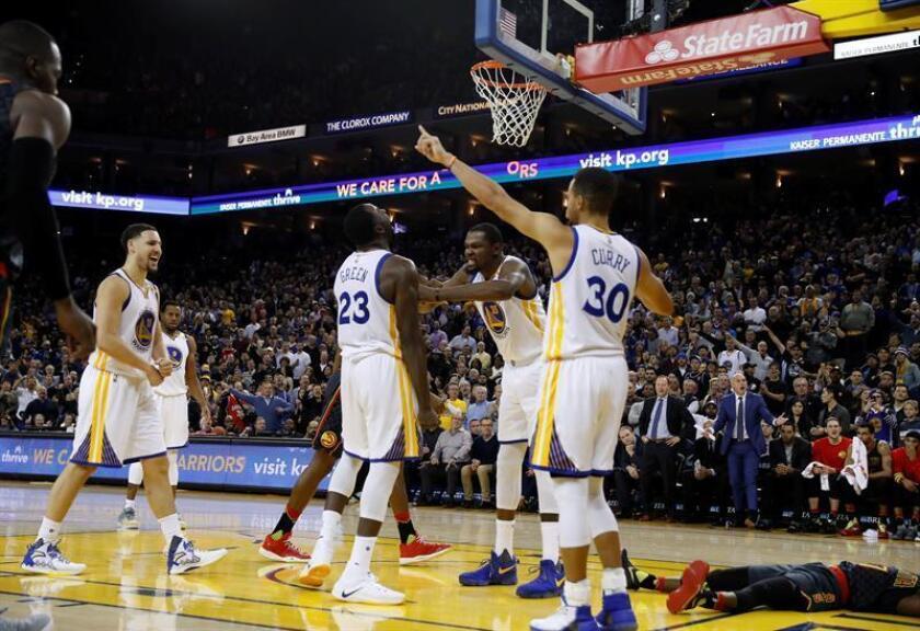 Los jugadores de los Warriors de Golden State Draymond Green (c), Kevin Durant (c-d), y Stephen Curry (2d). EFE/Archivo