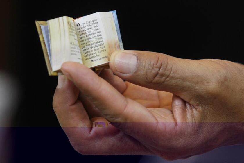 """La Biblia, clásicos como """"El principito"""" o recopilaciones de chistes pueden descubrirse también a través de los minilibros, volúmenes del tamaño de la palma de la mano capaces de despertar la curiosidad del lector con su diminuto formato. EFE"""
