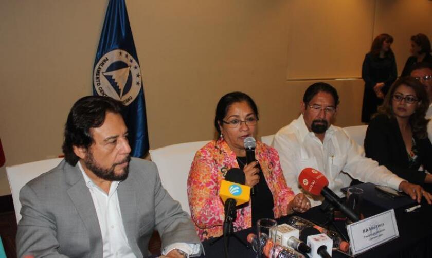 En la imagen, la presidenta del Parlamento Centroamericano (Parlacen), Irma Amaya (c). EFE/Juan Manuel Blanco/Archivo