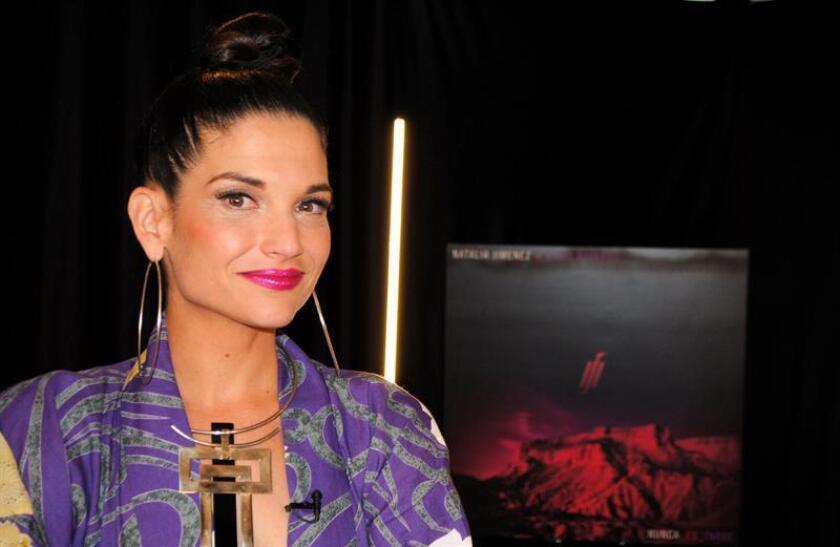 """La cantante española Natalia Jiménez posa este miércoles durante una entrevista con Efe, en Miami (EE.UU.). Jiménez aseguró que la maternidad, la cual nunca se había planteado, le ha """"cambiado la vida"""", que ahora es """"menos egoísta"""" y que su hija es una razón """"para tirar adelante"""". EFE"""