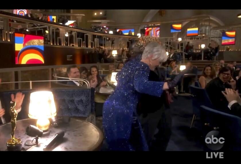 En esta imagen de video proporcionada por ABC, Lil Rel Howery reacciona mientras Glenn Close baila