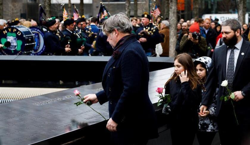 Varias personas colocan flores sobre los nombre de las seis víctimas del atentado contra el World Trade Center en febrero de 1993, el día en que se cumplen 25 años del primer ataque contra las Torres Gemelas de Nueva York.