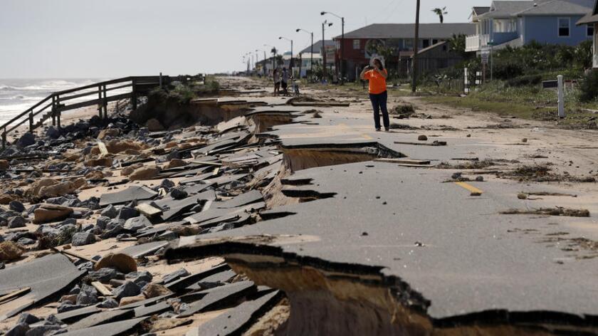 Una parte de la autopista A1A es destrozada por el Huracán Matthew en Flagler Beach, Florida.