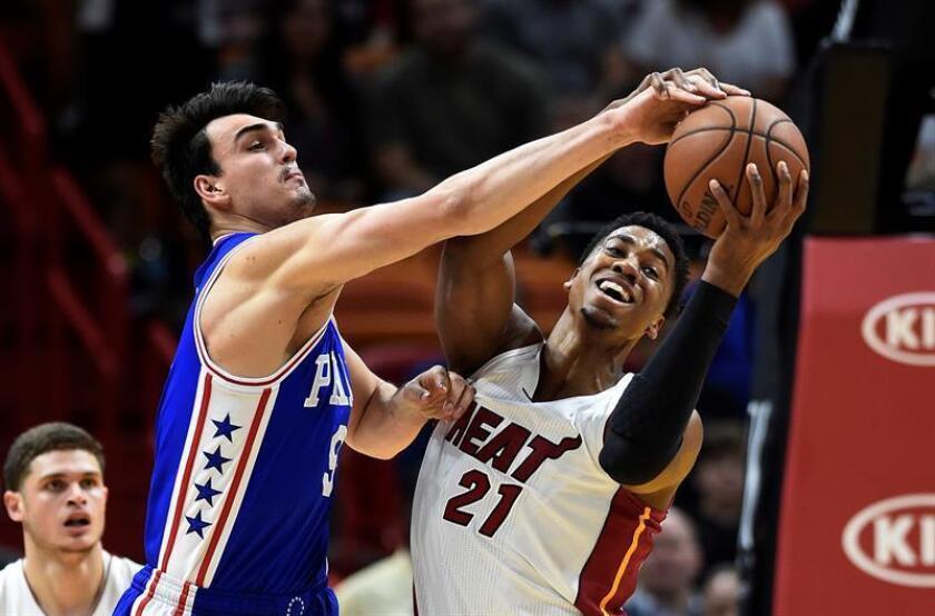 Dario Saric (i) de los 76ers disputa el balón ante Hassan Whiteside (d) de los Miami Heat durante su partido. EFE