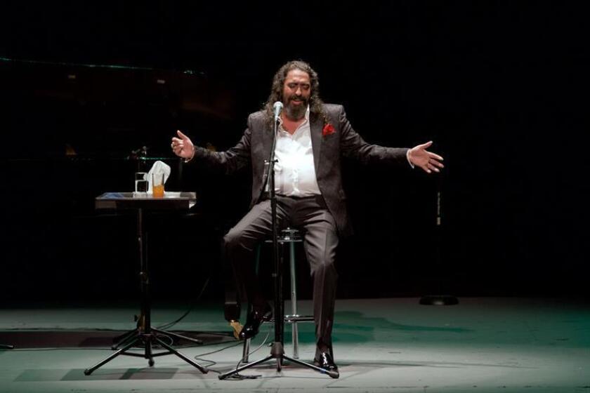 Fotografía de archivo del 6 de octubre de 2016, cedida donde aparece el cantaor flamenco Diego El Cigala durante un concierto ofrecido en el Teatro de la Ciudad Esperanza Iris en Ciudad de México (México). EFE/Milton Martínez/Secretaría de Cultura CDMX/ARCHIVO/SOLO USO EDITORIAL/NO VENTAS