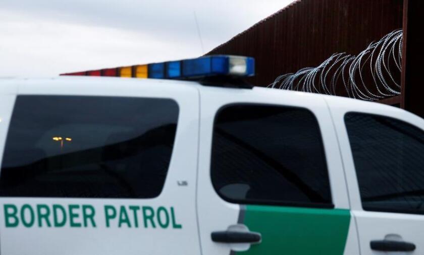 Un agente de la Patrulla Fronteriza de los Estados Unidos atraviesa una puerta en la cerca a lo largo del río Grande cerca de McAllen, Texas, EE. UU., el 23 de enero de 2019. EFE / LARRY W. SMITH/Archivo