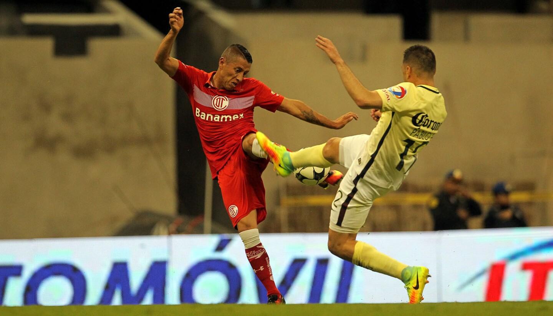 Carlos Esquivel (i) emparejó para Toluca, tras quitarse a dos rivales y vencer a Hugo González..