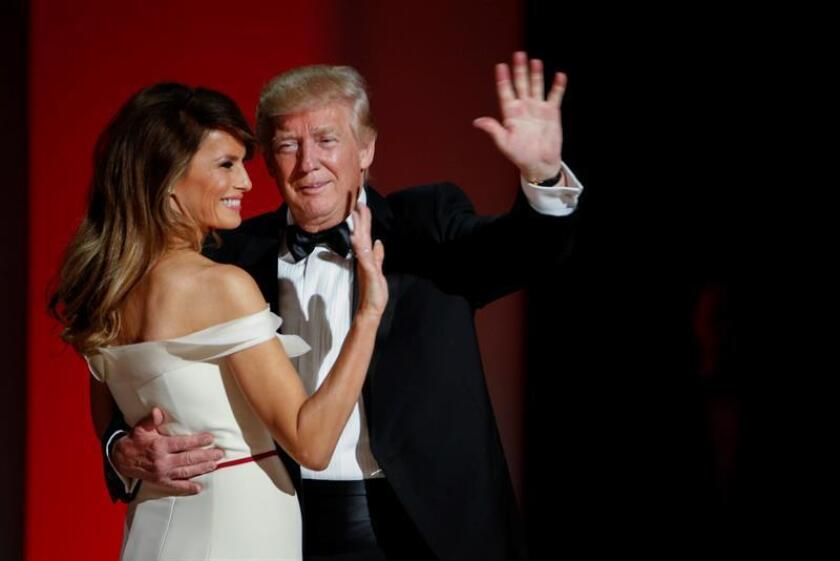 El nuevo presidente, Donald Trump, y la primera dama, Melania, hicieron su primera aparición en uno de los tres bailes oficiales de investidura a los que tienen previsto asistir en esta noche de fiesta en Washington. EFE/EPA