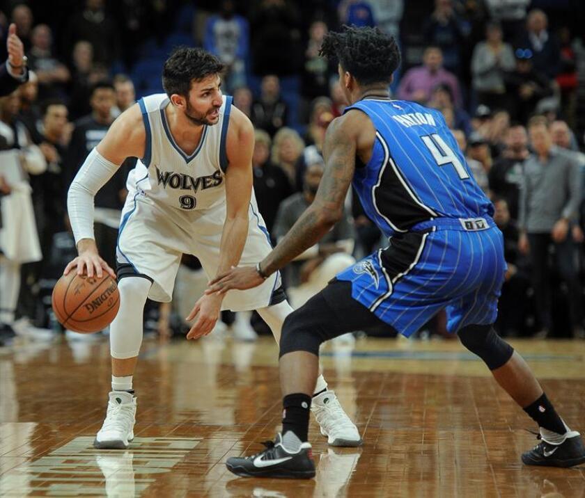 El español Ricky Rubio (i) de Minnesota Timberwolves avanza junto a Elfrid Payton (d) de Orlando Magic este lunes 30 de enero de 2017, al final de un juego de la NBA en Target Center en Minneapolis (EE.UU.). EFE