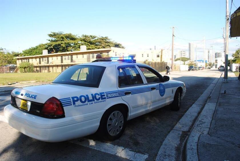"""Tres escuelas fueron cerradas hoy en Miami Gardens (norte de Miami) mientras la policía busca en la zona a un hombre armado"""" y """"extremadamente peligroso"""" que disparó e hirió a otras tres personas. EFE/Archivo"""
