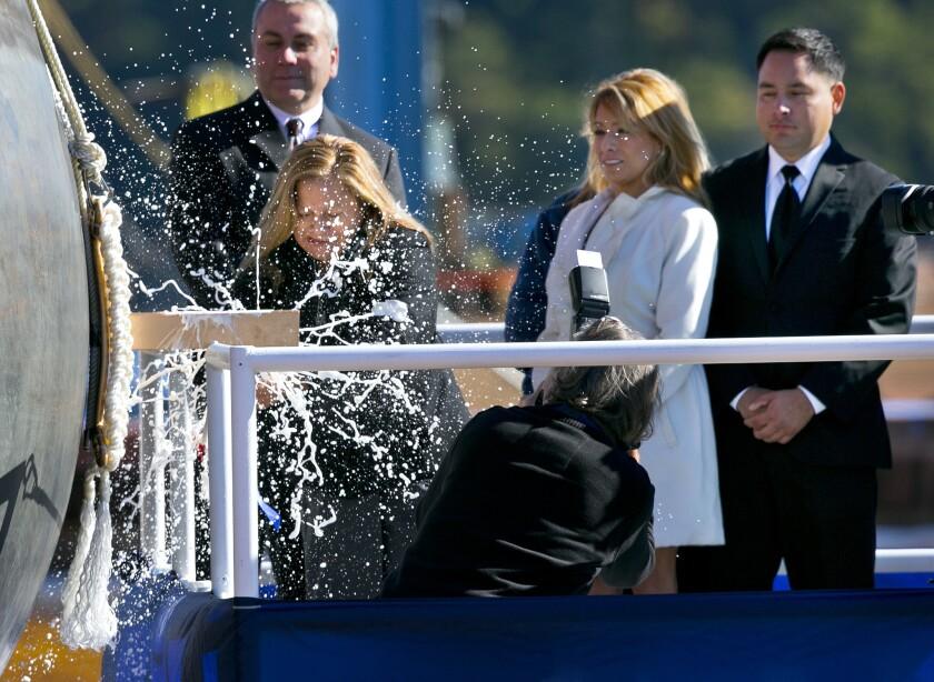 La señora Rosa María Peralta se mostró conmovida al escuchar el testimonio de quienes fueran compañeros de su hijo y que se sumaron en el acto celebrado el sábado, en el astillero Bath Iron Works, en donde la mujer estrelló una botella de champaña contra el buque militar.