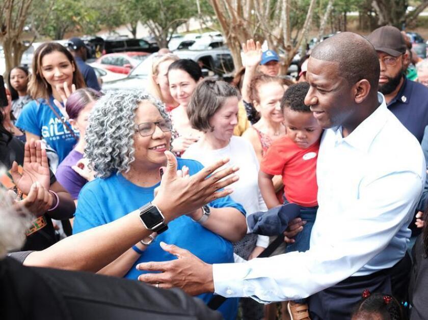 El candidato demócrata a la gobernación de Florida , Andrew Gillum (d), tras votar en Tallahassee Florida (Estados Unidos), el 6 de noviembre de 2018. EFE/Archivo