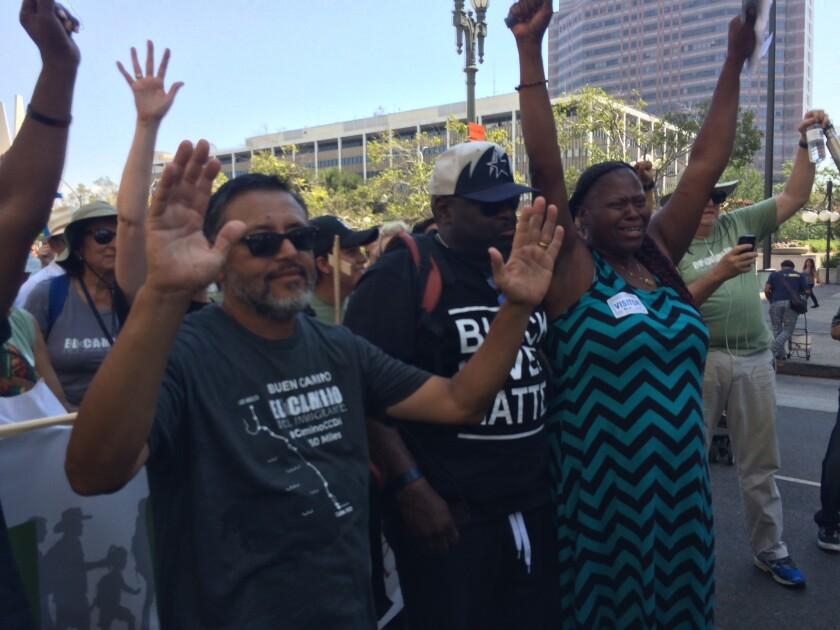 Black Lives Matter y latinos se unen contra la violencia.
