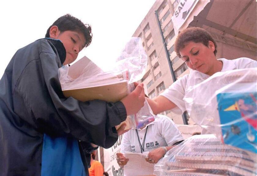 Vista de un joven que compra material escolar. EFE/Archivo