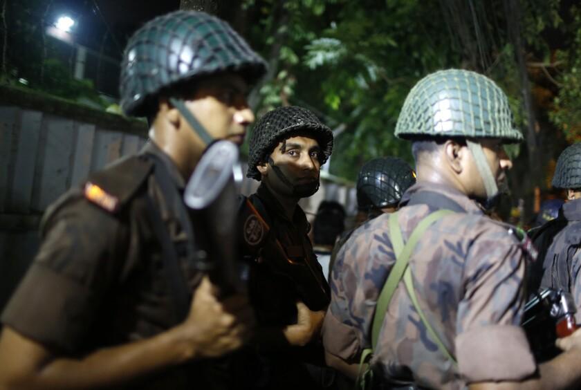 Soldados montan guardia cerca de un restaurante que fue atacado por hombres armados no identificados en Daca, Bangladesh, el viernes 1 de julio de 2016. (AP Foto)
