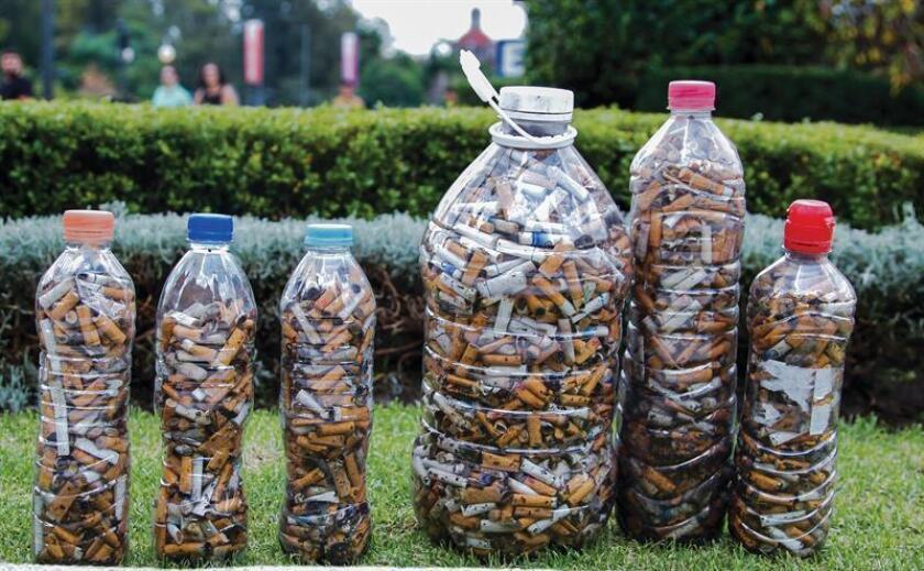 Mexicanos usan colillas de cigarro para crear objetos sin impacto ambiental