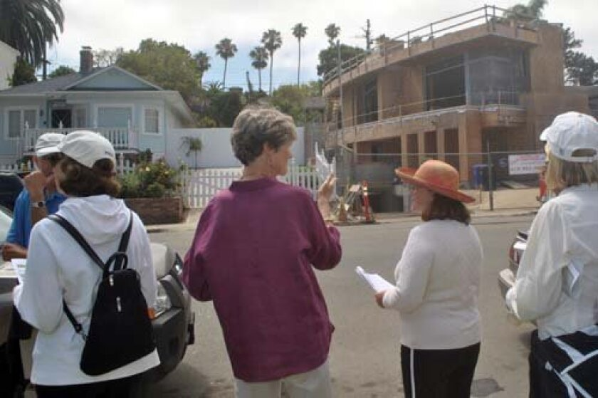 La Jolla Historical Society docent Martie Rice discusses the juxtaposition of old and new construction with participants in the walking tour. Photo: Elizabeth Schneider