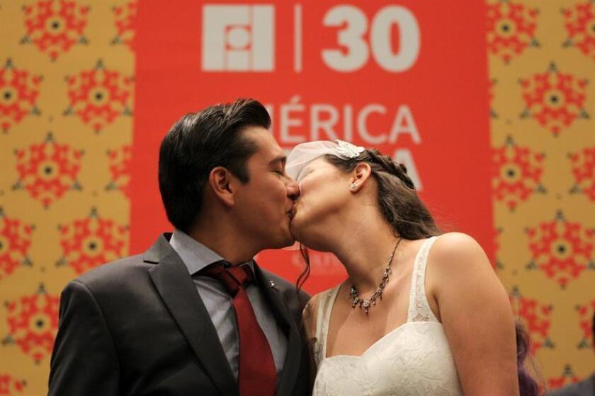 Los profesores mexicanos, Gabriela Jiménez (d) y Héctor Ortíz (i), son vistos durante su ceremonia matrimonial hoy, miércoles 30 de noviembre de 2016, en uno de los recintos que aloja la Feria Internacional del Libro de Guadalajara (México). EFE