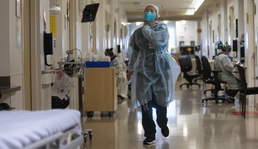 La enfermera certificada Rebekah Park, camina dentro del Providence Holy Cross Medical Center, en Mission Hills, el jueves.