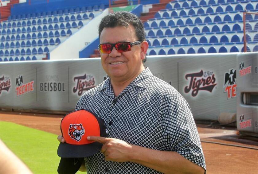 El expelotero de grandes ligas Fernando Valenzuela posa con una gorra de los Tigres de Quintana Roo hoy, domingo 19 de febrero de 2017,durante una conferencia de prensa en Cancún (México).EFE