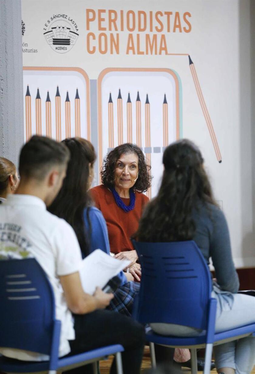 La periodista mexicana Alma Guillermoprieto (c), Premio Princesa de Asturias de Comunicación y Humanidades 2018, se reunió hoy en el IES Sánchez Lastra de Mieres (Asturias) con varios estudiantes de ESO de centros educativos asturianos. EFE