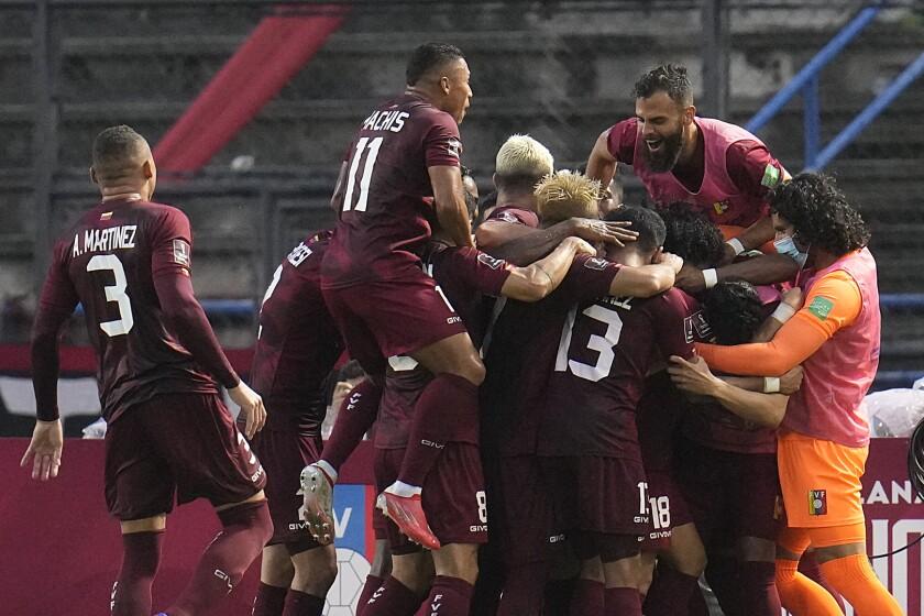 Eduard Bello (centro) celebra tras anotar el segundo gol de Venezuela en la victoria 2-1 ante Ecuador