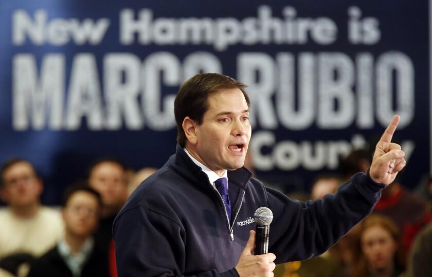 El precandidato presidencial republicano, el senador de Florida, Marco Rubio, habla durante un acto de campaña en la cafetería de una escuela secundaria en Londonderry, New Hampshire, el domingo 7 de febrero de 2016. (Foto AP/Jim Cole)